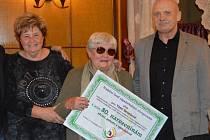 Táňa Benešová (uprostřed), vedle Věra Štruncová a Vladimír Jarý z Nadačního fondu západočeských olympioniků.
