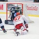 Semifinále play off hokejové extraligy - 5. zápas: HC Oceláři Třinec - HC Škoda Plzeň, 11. dubna 2019 v Třinci. Na snímku (zleva) brankář Plzně Dominik Frodl, Michal Kovařčík.