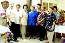 Skupina deseti sehraných žen uspořádala v Žichlicích výstavu květin. Ty byly předvedeny ve vazbách, nejčastější květinou ve vazbě byla jiřina