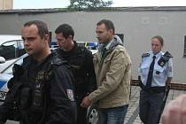 Taxikář a bývalý přítel poleptané dívky před budovou soudu