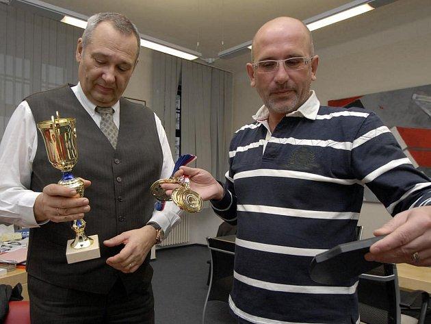 Člen organizačního výboru halového šampionátu v americkém fotbale v Plzni František Weinfurter (vpravo) ukazuje primátorovi Plzně Pavlu Rödlovi pohár a medaile pro nejlepší týmy