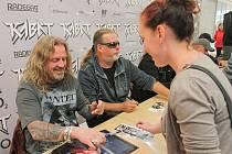 Autogramiáda kapely Kabát v nákupním centru na Rokycanské třídě v Plzni