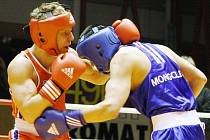 Na domácím mistrovství boxerů, které začne zítra v Plzni, se představí v hmotnostní kategorii do 69 kg i olympionik Zdeněk Chládek (v červeném)