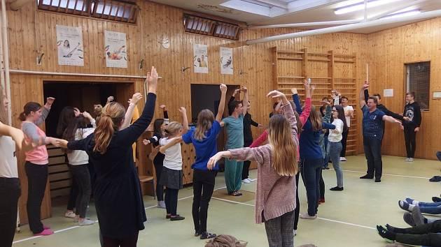 Již podruhé navštívil 17. základní a mateřskou školu Plzeň tanečník a choreograf Richard Ševčík, sólista baletu Divadla J. K. Tyla.