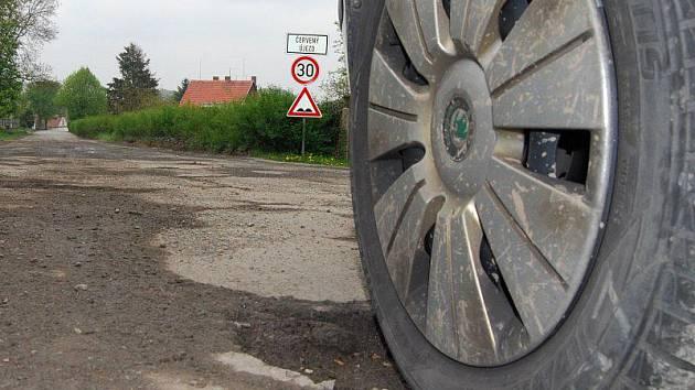 Stav silnice procházející obcí s 75 obyvateli je katastrofální.