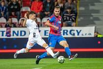 Olomoucký záložník Václav Pilař, někdejší hráč Viktorie Plzeň, se snaží přejít přes Tomáše Chorého, jenž do Plzně přišel pro změnu z Olomouce.