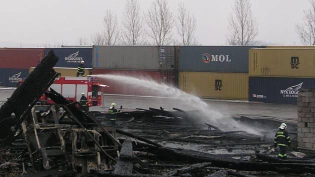 Požár dřevěné haly v Nýřanech likvidovali hasiči ještě v průběhu pondělního dopoledne