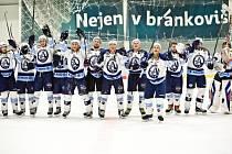 Hokejový univerzitní tým z Plzně vstoupil do sezony skvěle. Ve třech zápasech nenašel přemožitele a je v čele. Na snímku si Západočeši užívají oslavy po výhře nad Technikou Praha.