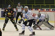 První vzájemný zápas v sezoně vyhrála Škodovka v Litvínově 4:1. Na snímku kryje Roman Vráblík prostor před brankářem Dominikem Frodlem.