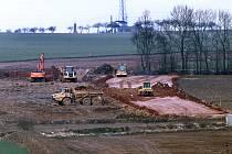 Práce na čtyřproudové silnici mezi Plzní a Přešticemi v březnu 2021.