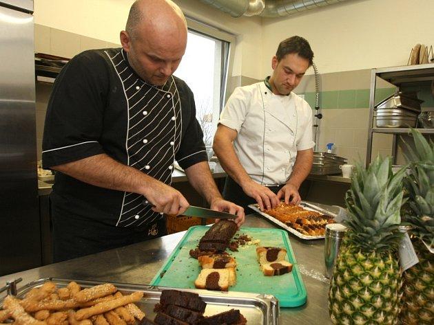 Jiří Dvořák s kolegou rozděluje dezerty, které si výprava Hapoelu Tel Aviv přivezla s sebou. Piškotové těsto, hodně ovoce i tradiční izraelskou halvu.