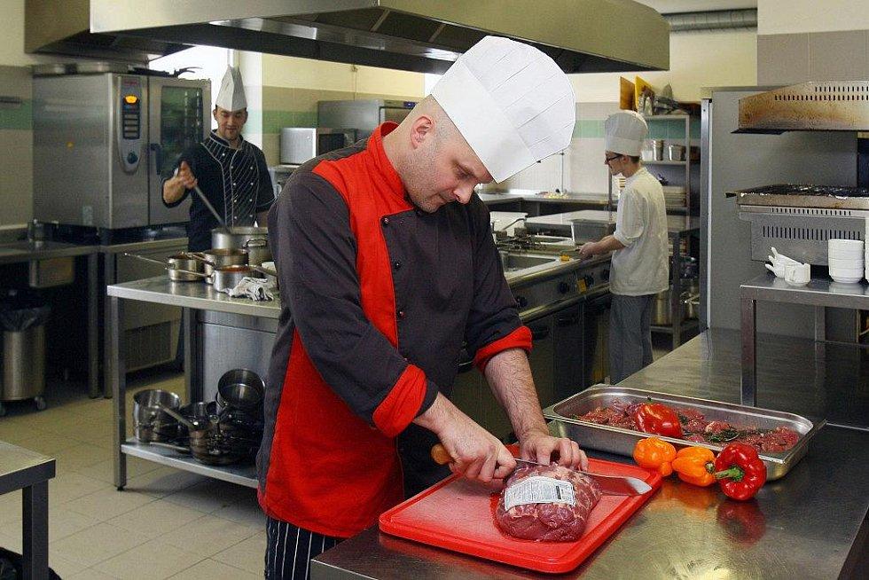Šéfkuchař hotelu Jiří Dvořák (vpředu) už shání potraviny. Kvůli německým sportovcům je celý hotel v pohotovosti, v kuchyni bude veškerý personál