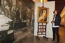 Autorka výstavy Ivana Jonáková u obrazu Mládí, který Hugo Boettinger namaloval v roce 1918