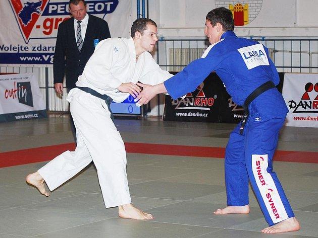 Michal Hubáček z Judoclubu Plzeň (vlevo) vybojoval pro své barvy v prvním kole extraligy družstev v Praze tři vítězství