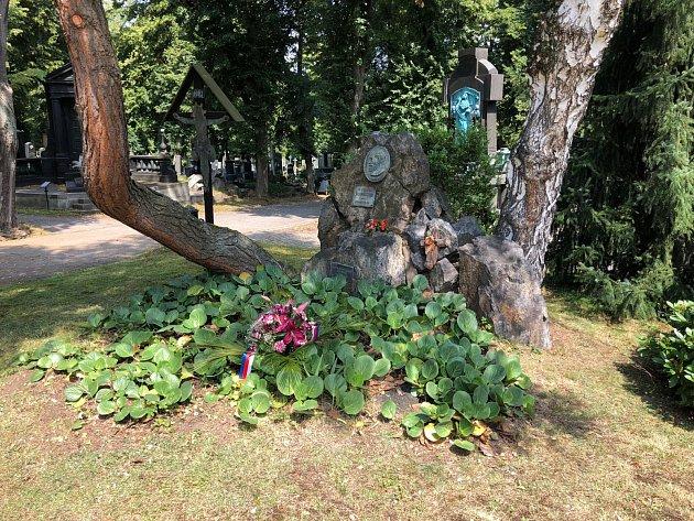 Hrob Karla Klostermanna na plzeňském ústředním hřbitově zdobí květy.