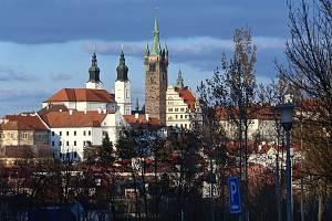 Klatovy - historické centrum se svažitým čtvercovým náměstím, kolem kterého stojí historicky cenné domy, středověké opevnění, kostel Neposkvrněného početí Panny Marie a sv. Ignáce, či Černá a Bílá věž.