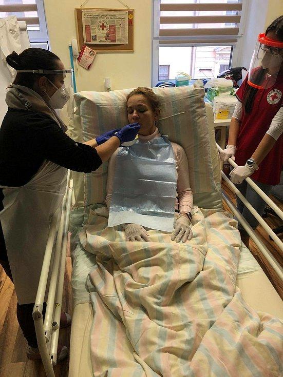 První dobrovolníci už mají za sebou kurz Základy moderního ošetřovatelství v praxi, který připravuje Český červený kříž v Plzni.