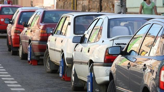 V Sladkovského ulici najdete i deset aut s botičkou