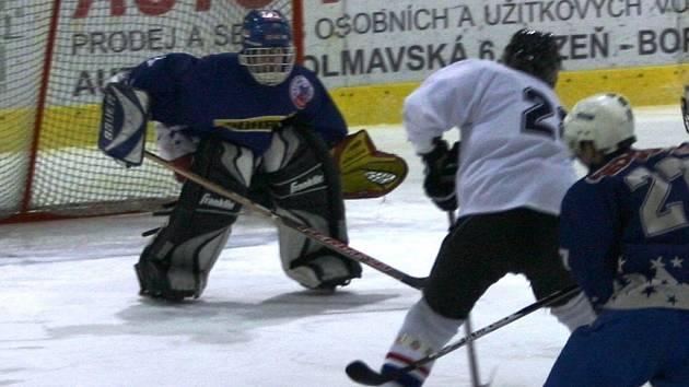 Obránce Jiří Jonák (v bílém) dokáže i zaútočit, tak jako na snímku z utkání III. třídy hokejového sdruženého přeboru Plzeňska  HC Chotíkov –  Baník Líně (5:2).