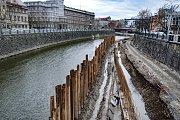 Stavba náplavky v Plzni.