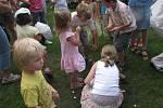 Po skončení představení začali děti sbírat střepy pro štěstí