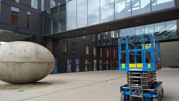 Na budově Nového divadla v Plzni prasklo jedno ze skel nade dveřmi. Objednaná firma jej vyměnila