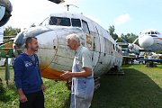 Zakladatel muzea Karel Tarantík u trupu letadla Dakota C47, což je vojenská dopravní a cargo verze legendárního letadla Douglas DC 3. Letadlo získal z Itálie a po sestavení jednotlivých částí jej hodlá zpřístupnit veřejnosti.