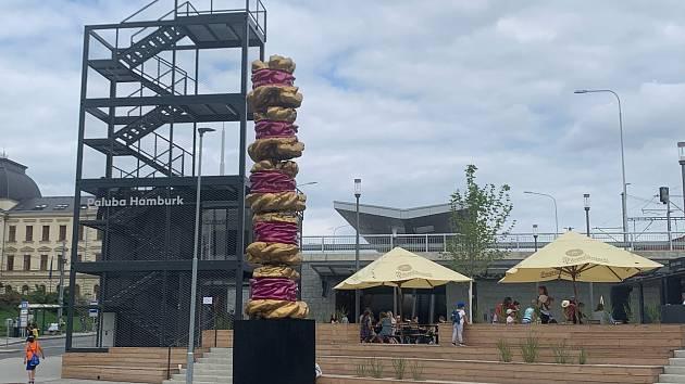 Cake Tower, obří dortová věž, je součástí cyklu, který slovenský umělec Andrej Margoč věnuje boji proti nenápadnému a tichému zabijákovi — cukru a závislostem na něm.