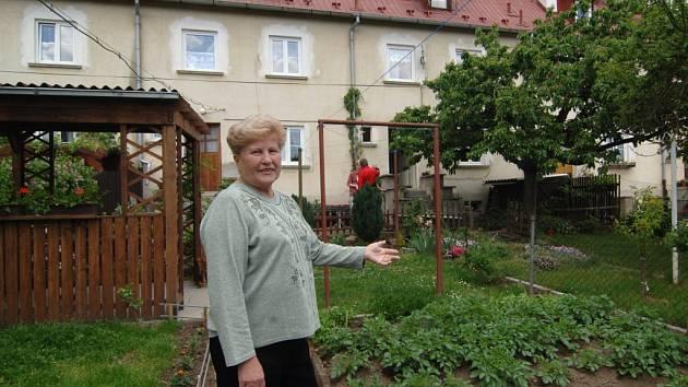 Ludmila Polatová ukazuje svůj byt se zahrádkou. Byty si budou moci Berlíňané od města koupit, zastupitelé ve čtvrtek rozhodli o podmínkách. Zahrádky zůstanou lidem pouze  v pronájmu