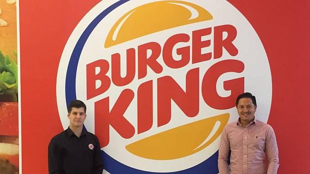 Manažeři Jakub Pala (vlevo), šéf nové plzeňské restaurace Burger King a regionální manažer značky za Amrest Daniel Ryška.