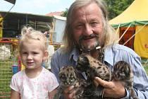 Principál Jaromír Joo s jeho vnučkou a mláďaty pumy americké