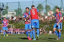 Aleš Čermák (vlevo) gratuluje Jeanu-Davidovi Beauguelovi ke gólu, který vstřelil v pondělním přípravném utkání proti Örebru. Beauguel dal dvě branky, Čermák jednu.