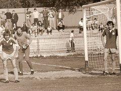 Václav Lavička hájil v první lize branku Plzně a RH Cheb. Na snímku je v dresu Škody společně se spoluhráči Miloslavem Paulem (vlevo) a Eduardem Kubatou (vpravo)