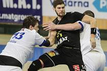 Jan Blecha (v černém dresu) bojuje s obranou Frýdku-Místku.