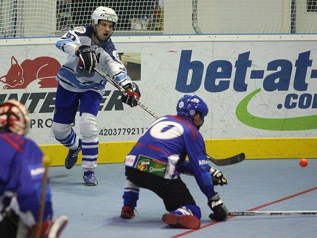 Hokejbalisté HBC Plzeň ze dvou zápasů v domácím prostředí nezískali ani bod. Na snímku z utkání s Pardubicemi se snaží přihrát přes obránce hostů plzeňský Ondřej Kejř (v bílém)