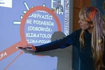 Učitelka Petra Zemanová ukazuje, co vše dovede interaktivní tabule v hodinách zeměpisu