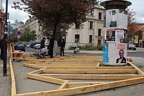 Dřevěná platforma na náčrtku a během stavby.