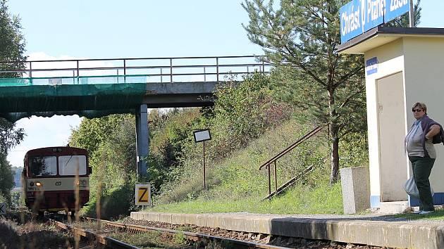 Most nad lokálkou Chrást-Radnice je už od roku 2009 v havarijním stavu. Bylo třeba jej ovinout sítí, aby uvolněné kusy betonu nepadaly na železniční trať a neohrožovaly provoz. Lokálka v tomto úseku projíždí nízkou rychlostí.