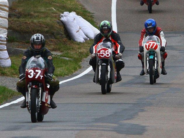 Zleva jsou na snímku zachyceni  Milan  Šobáň (č. 37, Ossa 175, r. v. 1967),  Milan Šorf (č. 58, Honda CB – 250 E Aga, r. v. 1974) a Jindřich Borůvka (č. 77, Kleva 125, r. v. 1972)