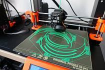 Čtvrtý plzeňský městský obvod vyrábí ochranné obličejové štíty na 3D tiskárně.