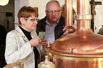 Václav Berka s radní Milenou Stárkovou připravuje pivo pro prezidenta Miloše Zemana