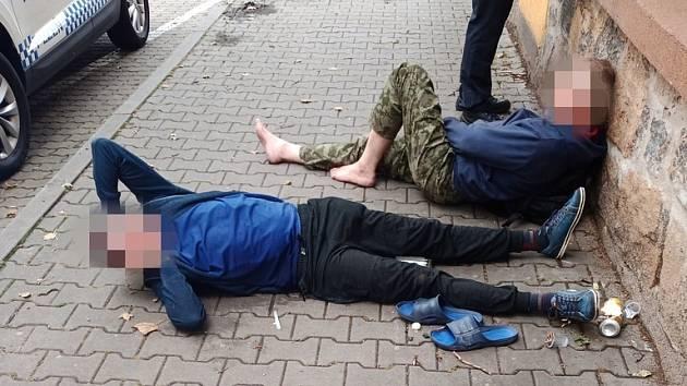 Podnapilí cizinci budili v pondělí pohoršení v Nerudově ulici, jeden skončil na záchytce.