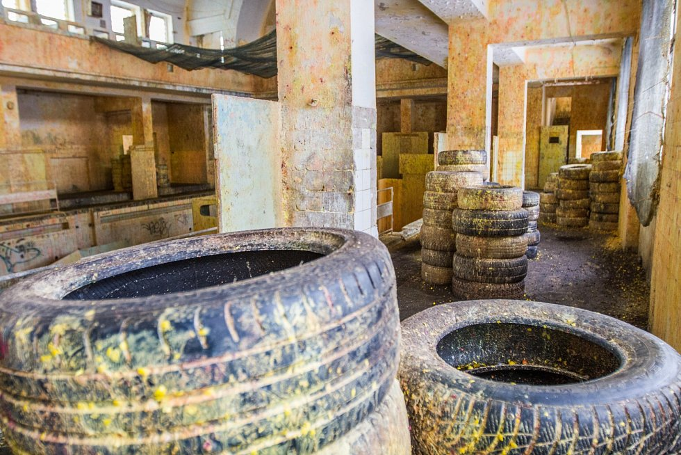 V objektu bývalých městských lázní v Plzni se hraje paintball