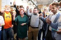 V plzeňském štábu koalice Spolu v kavárně DEPO 2015 oslavují vítězství ve volbách do Poslanecké sněmovny.