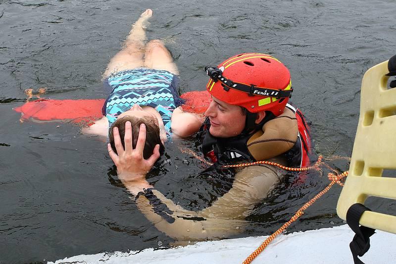 17 - Záchranář rukou chrání hlavu zachraňovaného.