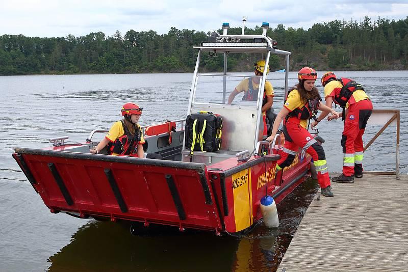 29 - Také kontroluje plavební dráhu, která slouží výletní motorové lodi i dalším plavidlům.