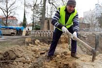 Opravy zdi Mikulášského hřbitova začaly asi před měsícem. Práce na plzeňské kulturně  chráněné památce by měly být hotové až v polovině příštího roku