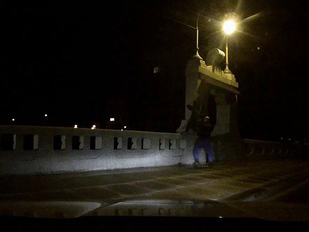 Městští policisté zachraňují sebevraha a Wilsonově mostě v Plzni