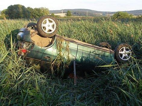 Převrácený osobní automobil Seat Ibiza u Skočic.