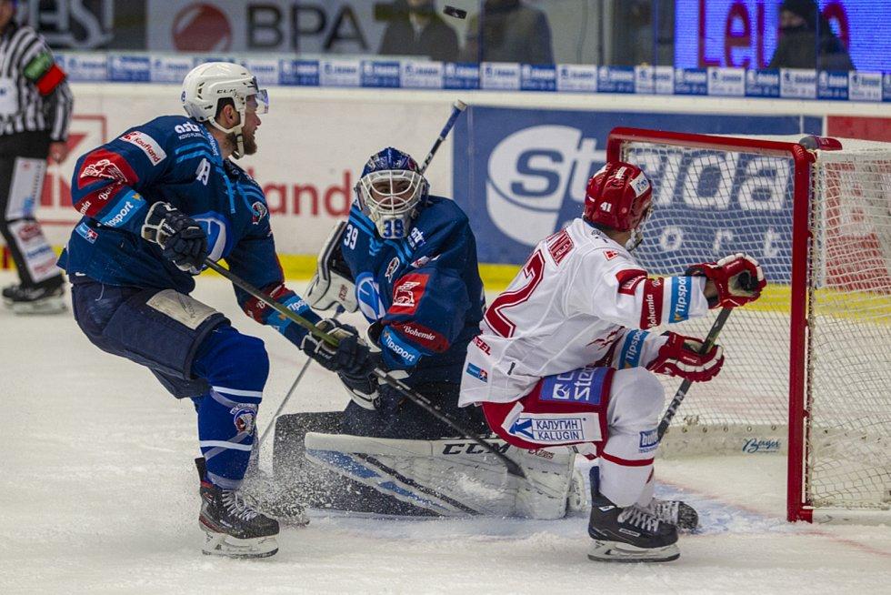 Obránce Vojtěch Budík na snímku z extraligového utkání s Třincem vlevo.